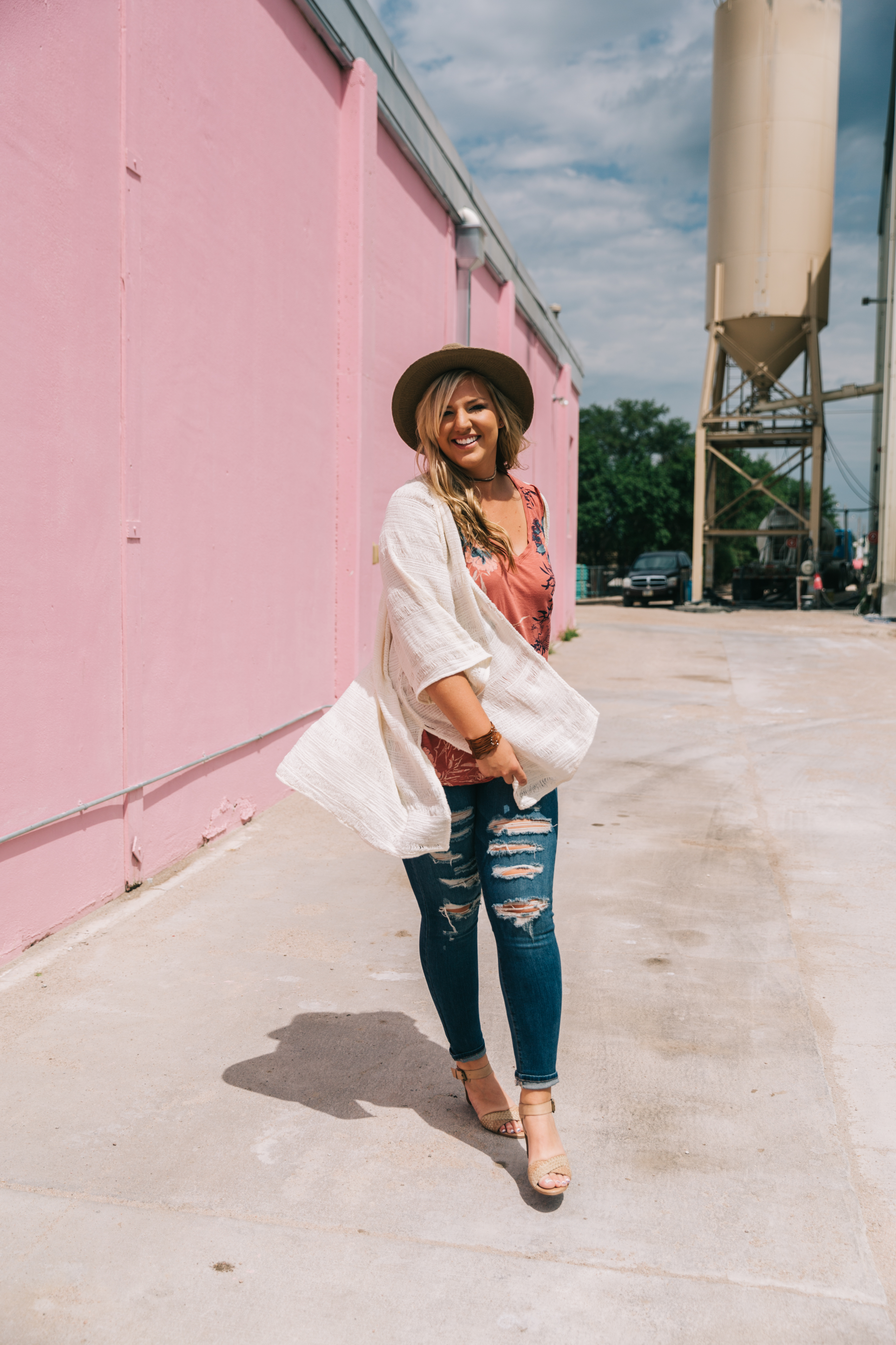 Kimonos and tank top styled with destructed jeans and a hat = yes